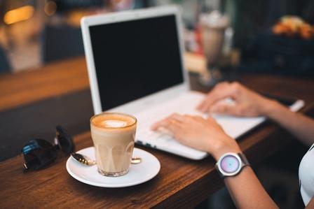 zimna kawa w kawiarni przy pracy na laptopie